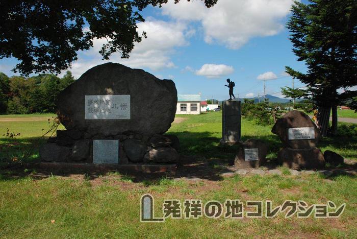 学校教育発祥之地八幡 後ろに金次郎像